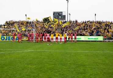 140421 Elfsborgs spelarna tackar supportrarna efter fotbollsmatchen i Allsvenskan mellan Falkenberg och Elfsborg den 21 april 2014 i Borås. Foto: Jörgen Jarnberger / BILDBYRÅN / Cop 112