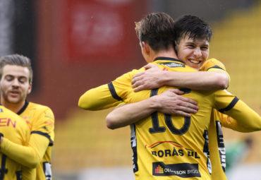 161022 Elfsborgs Mattias …zgŸn kramar om Simon Olsson efter att den sistnŠmnda gjort 1-0 under en fotbollsmatch i U19 slutspelet mellan Elfsborg och Hammarby den 22 oktober 2016 i BorŒs. Foto: Jšrgen Jarnberger / BILDBYRN / Cop 112